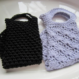 The black tote is made with some really nice and slinky nylon yarn.